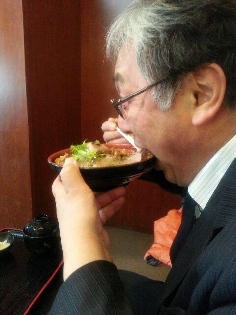 2012年冬、淡路島へ来たカンコちゃん。淡路牛のステーキ丼を豪快に食う