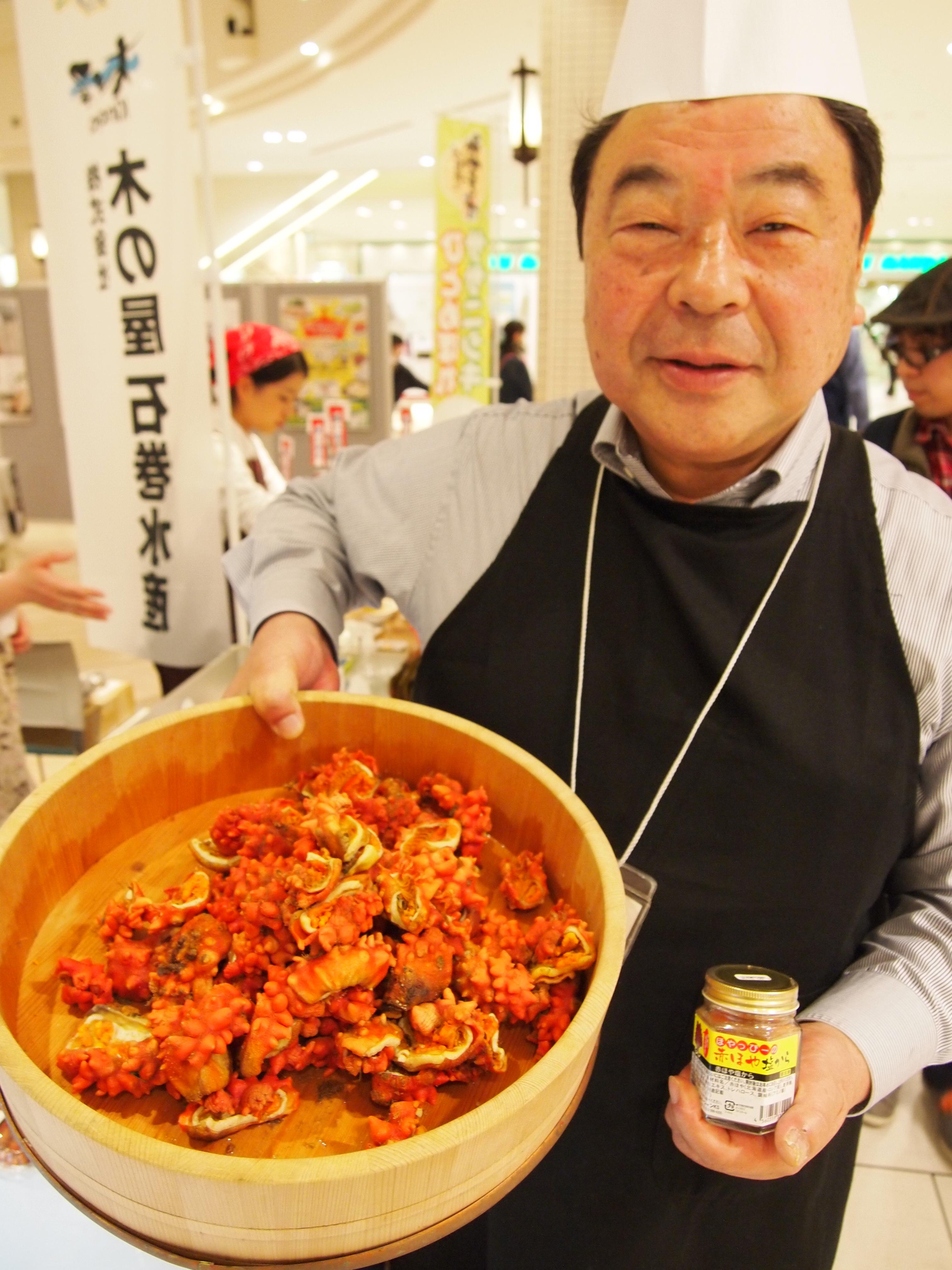 「ほやおやじ」こと木村さん。じっくりボイルした殻付きホヤが一番のおすすめ